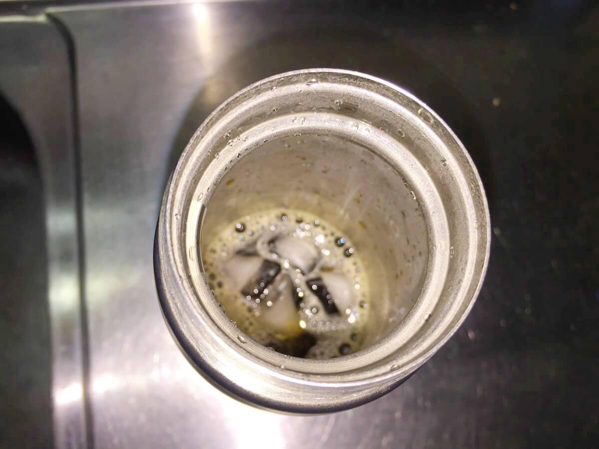 ホットコーヒーによって溶けた氷