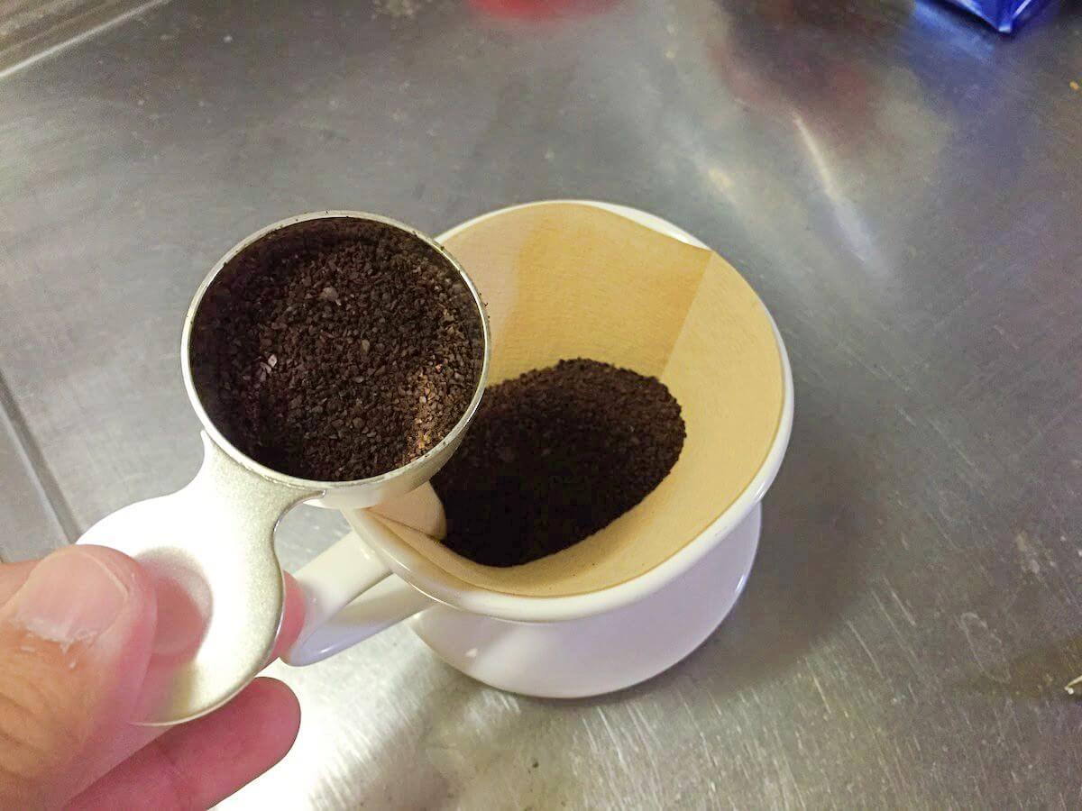 ドリッパーに入ったコーヒー豆