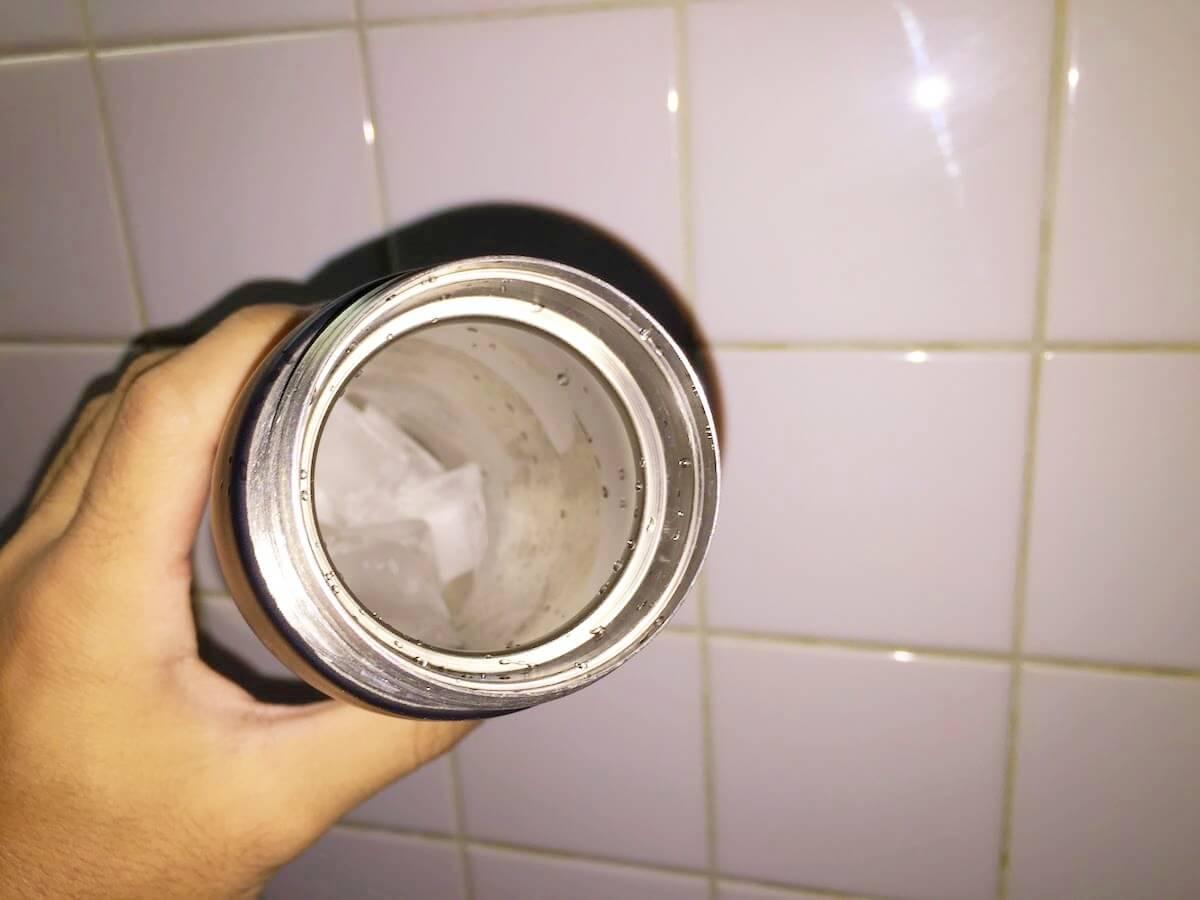 水筒の中に氷が入っている