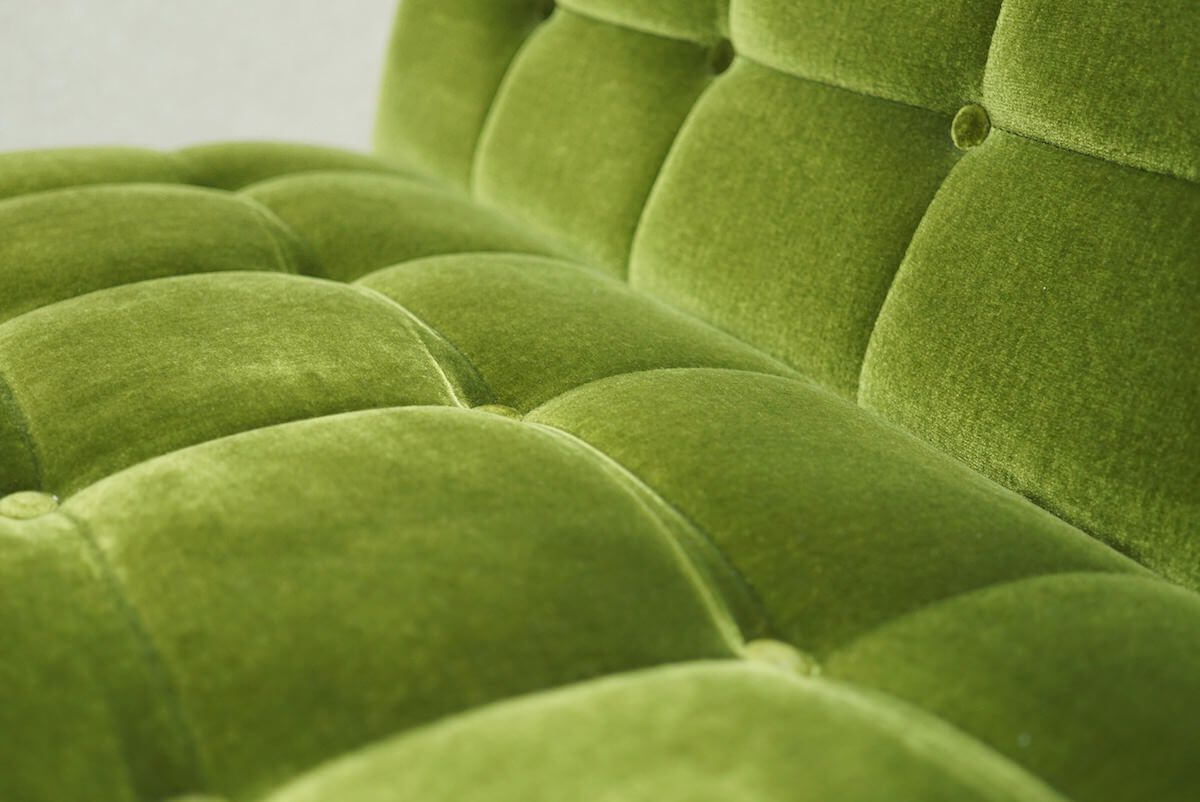 カリモク60のモケットグリーンのソファ表面