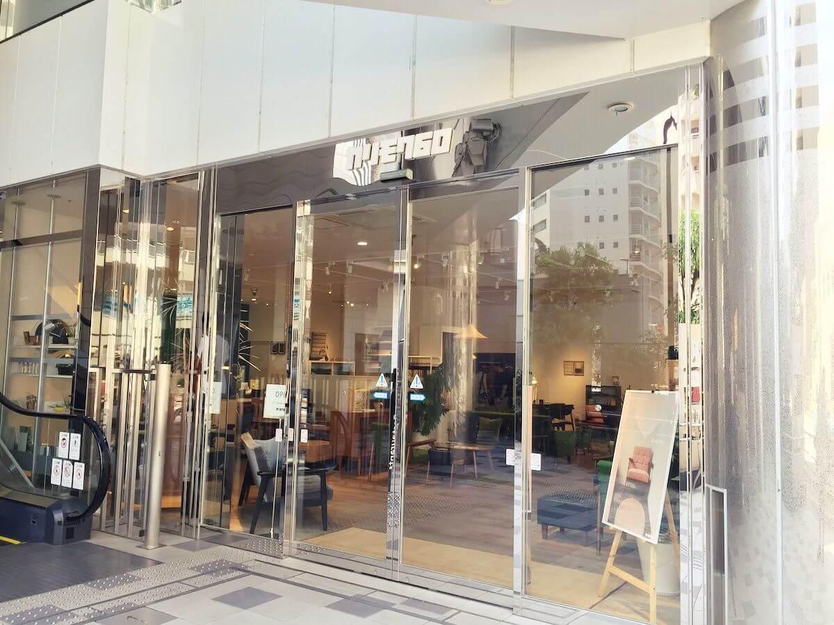 カリモク60新宿の店舗の入り口