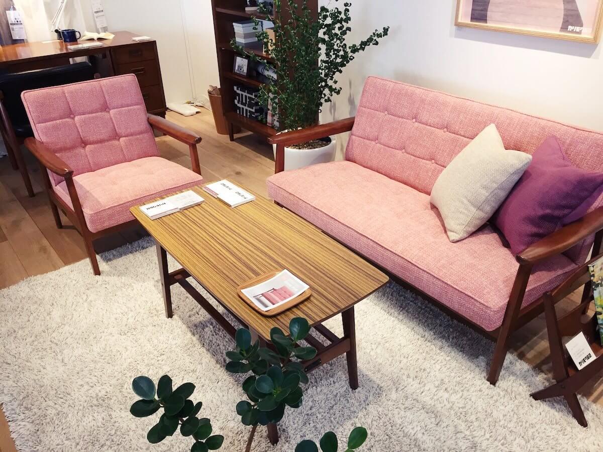 カリモクのピンクのソファ