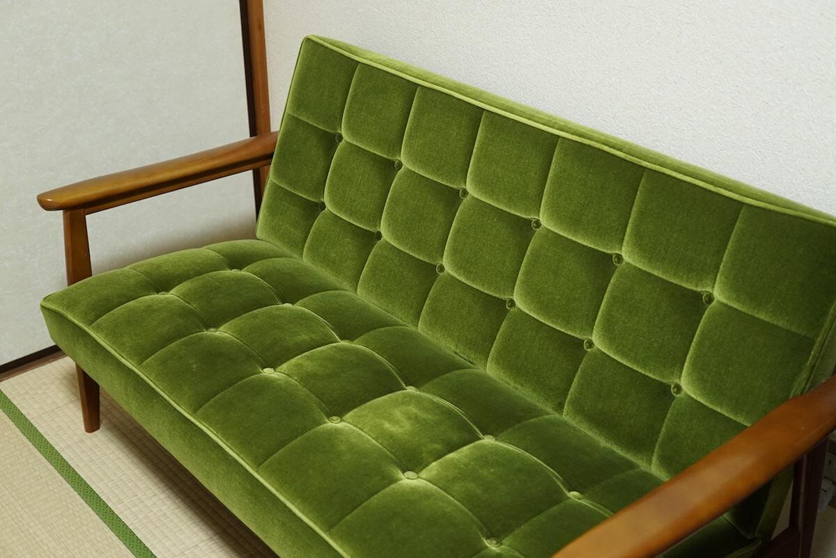 モケットグリーンのソファ
