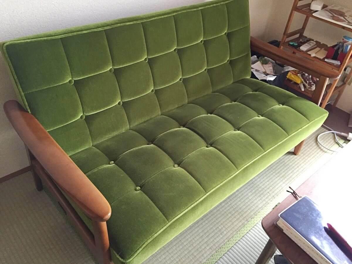 カリモクモケットグリーンのソファ