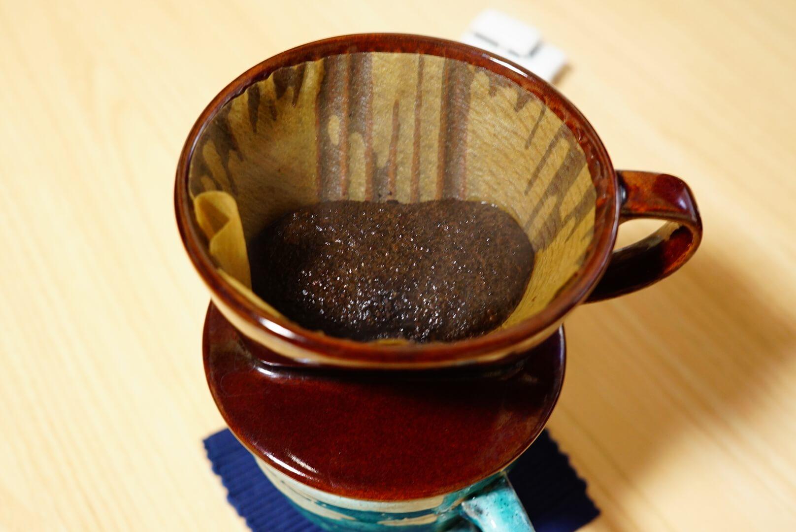 お湯を注いで膨らむコーヒー豆