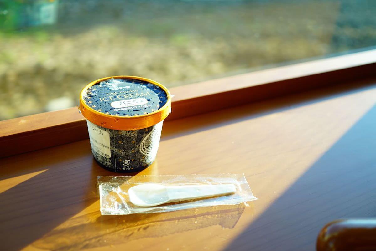 ぶなで食べるアイスクリーム