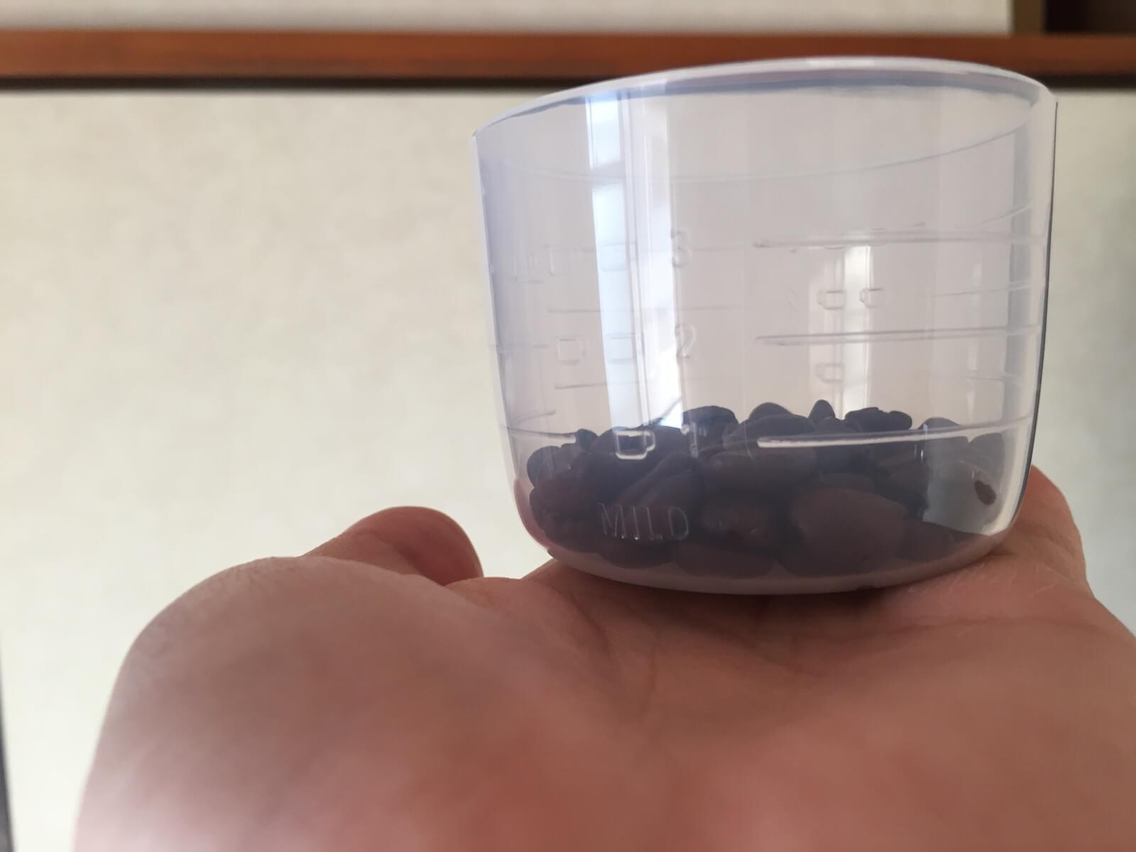 軽量カップに入ったコーヒー豆