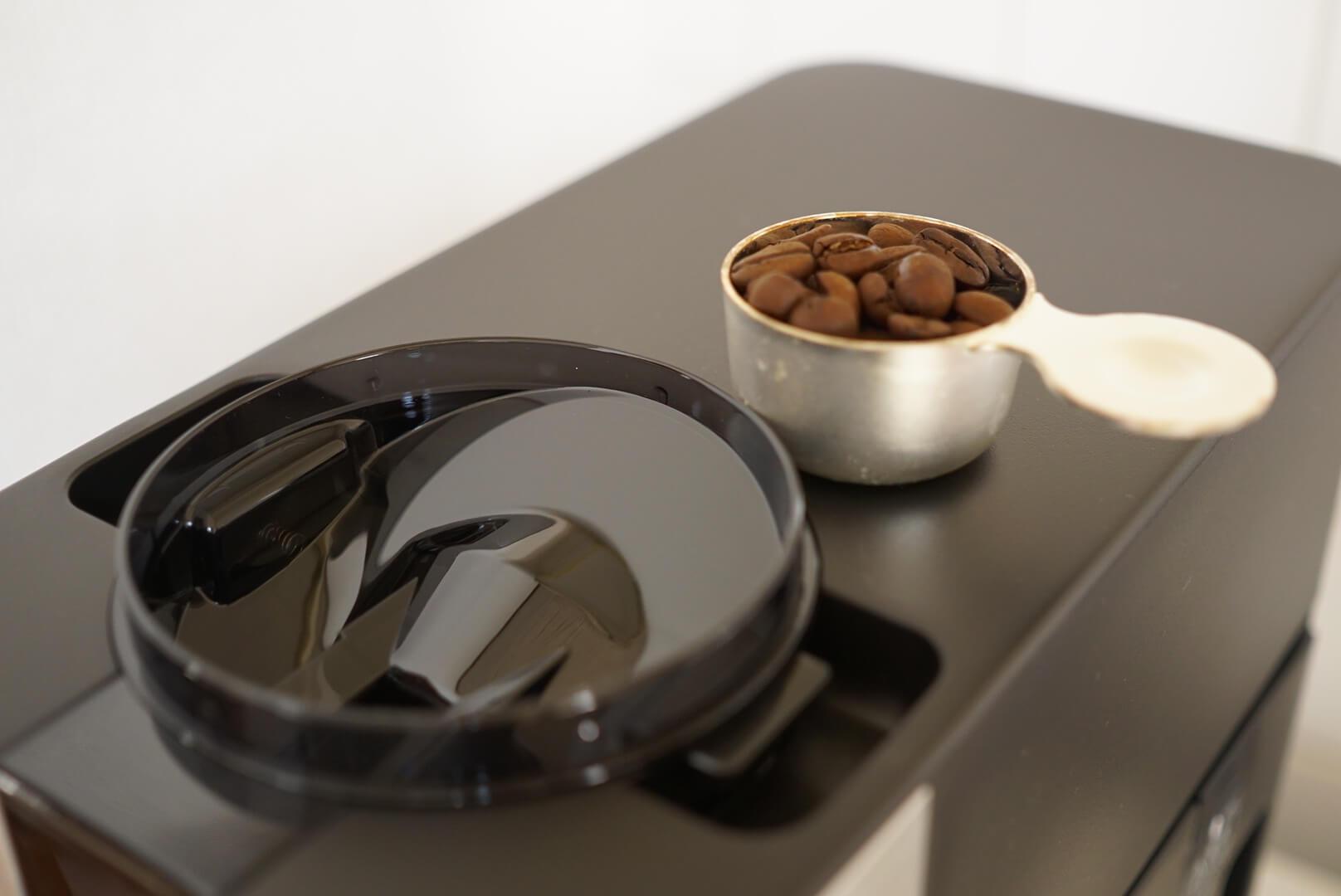 無印のコーヒーメーカーの豆投入口と豆