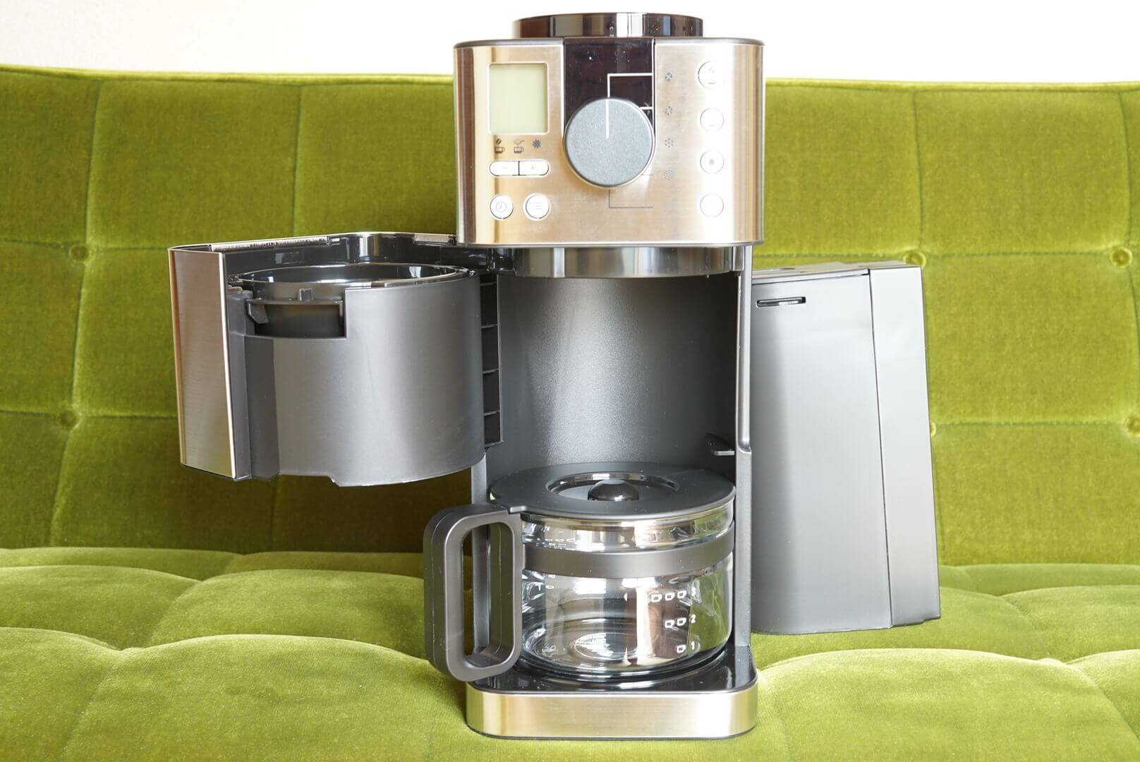 無印のコーヒーメーカーの水タンクとドリッパーを開いた状態