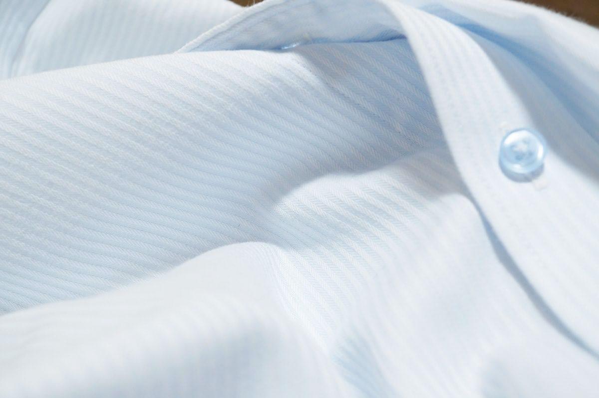 薄い青色のワイシャツ