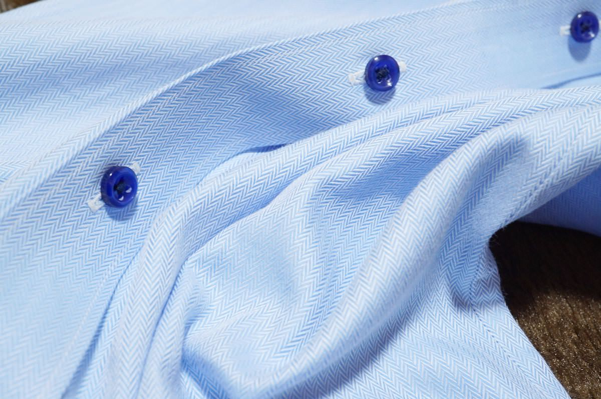 折れた青シャツ