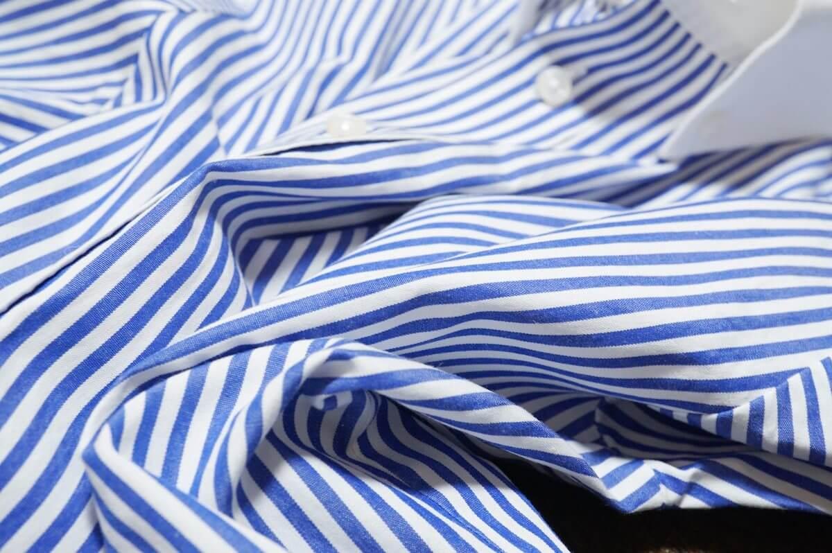 Striped Royal Blueの青シャツ