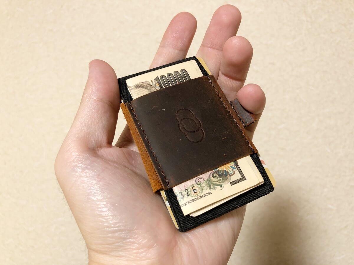 手のひらに収まる小さい財布