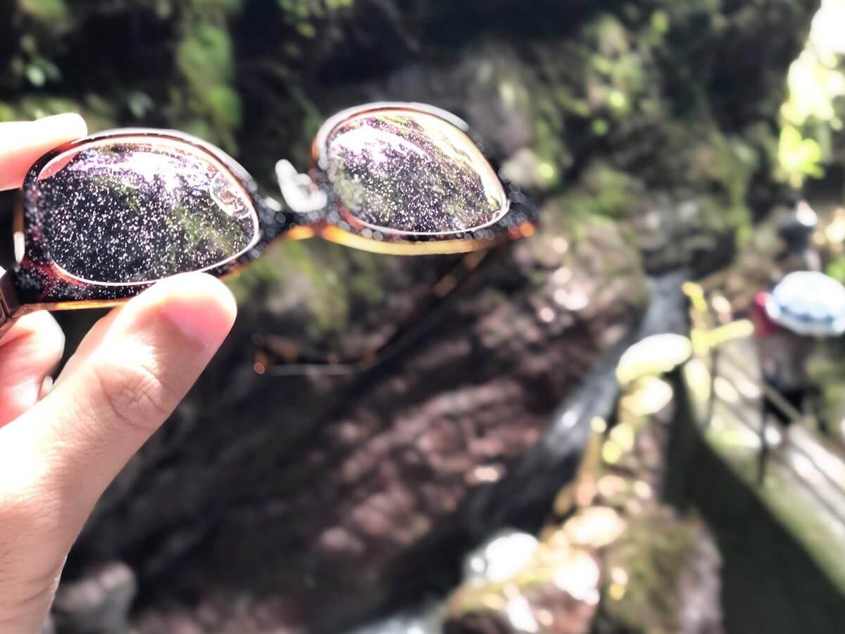 滝に濡れるメガネ