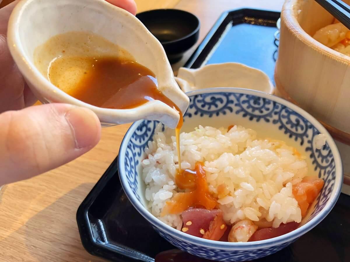 特製醤油をかける海鮮飯