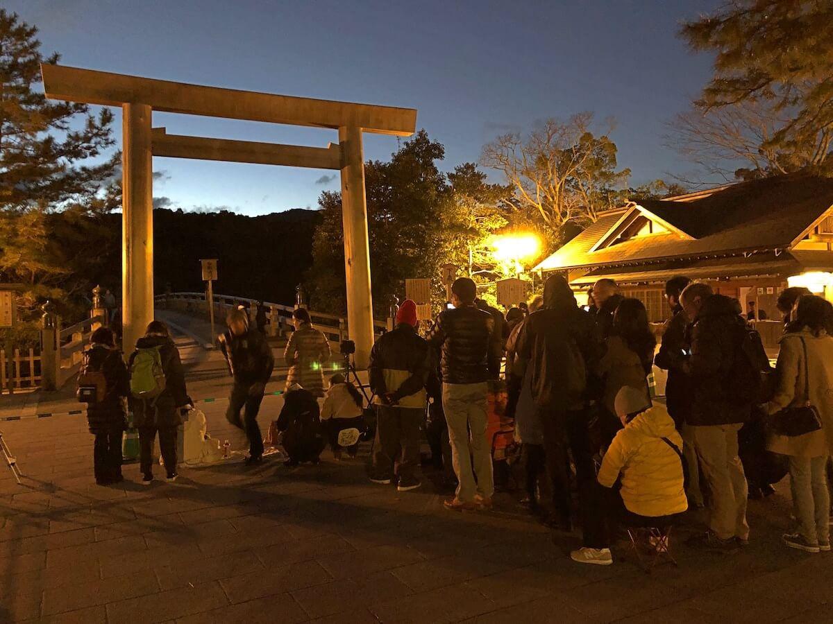 伊勢神宮の日の出を見る待機列