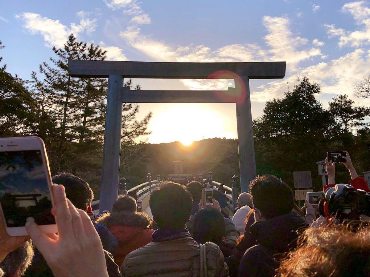 伊勢神宮の冬至の日の出の画像、写真