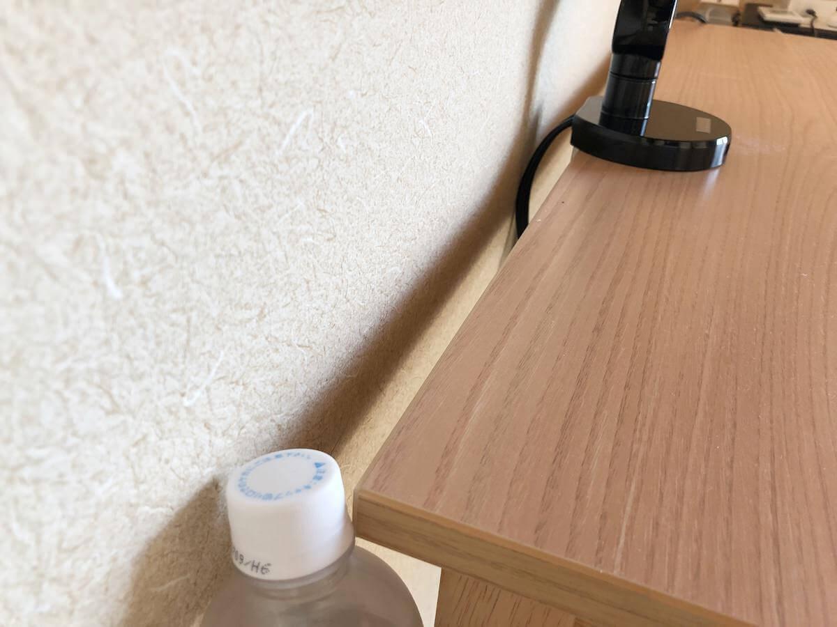 モニターアームと壁の距離はペットボトルキャップ1個