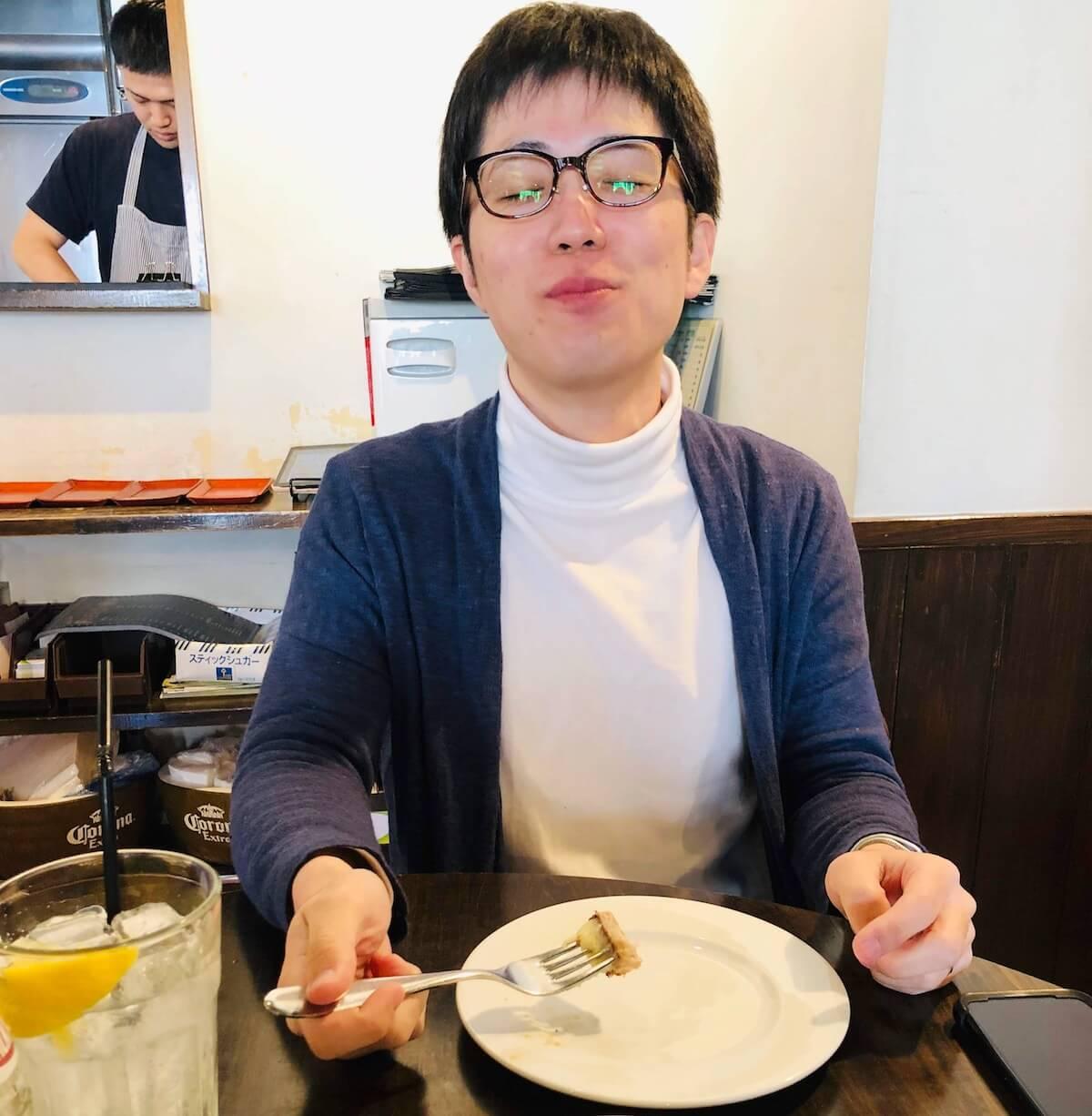 シェイクツリーのスモークベーコンステーキを食べて至福の表情をする人
