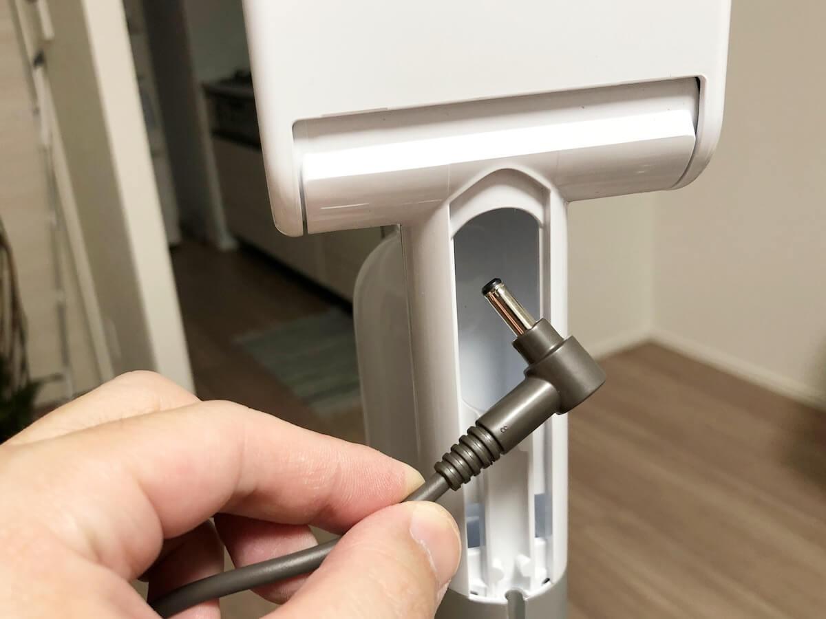 ダイソンの充電端子をスタンドの裏側から挿入する