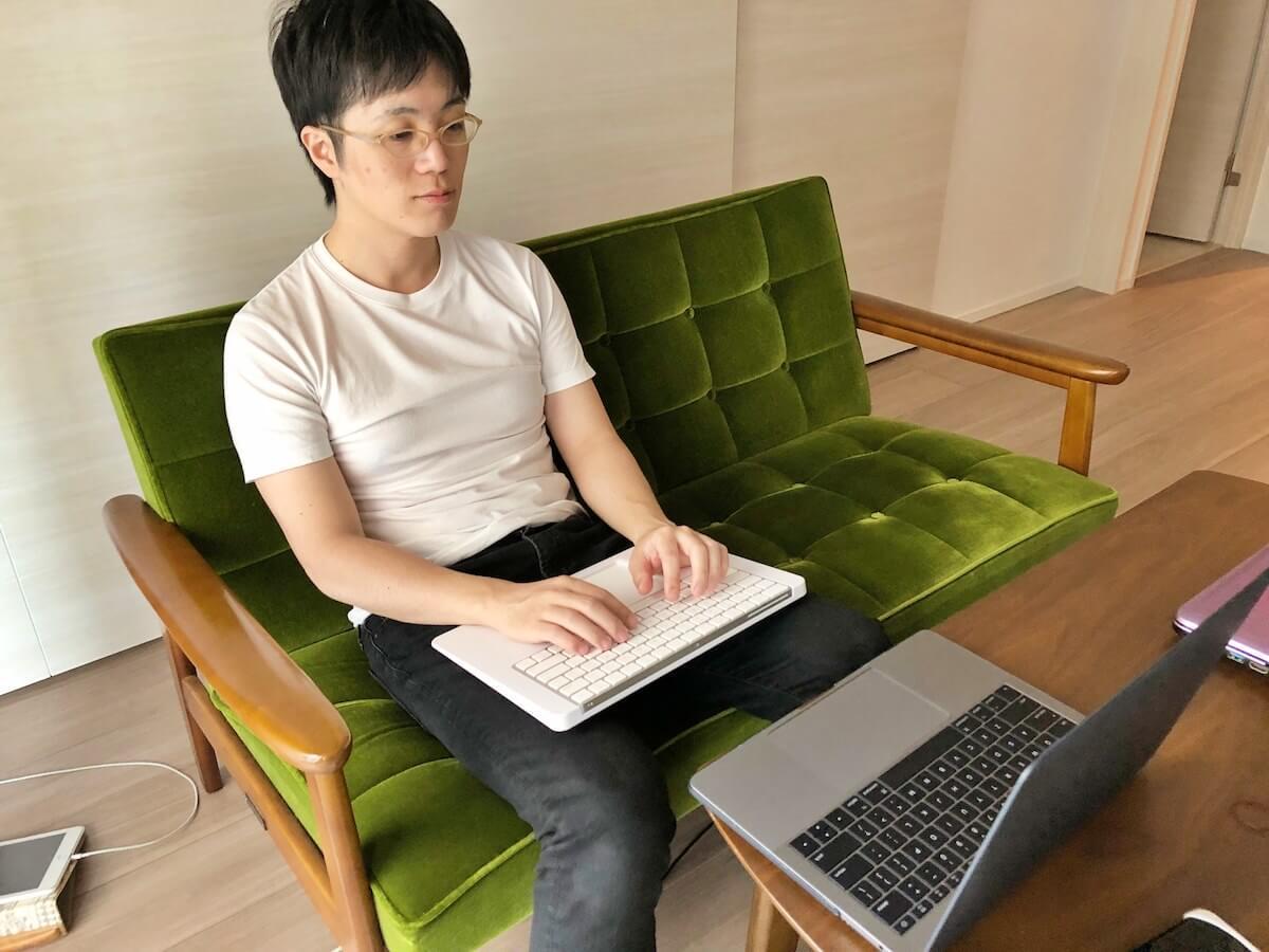 eXpress Keyboard Platformを膝の上に置く